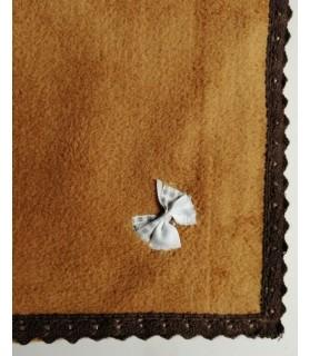 Tapis pour chien ou chiot Tapis chien molletonné marron liseré marron noeud gris 79x63 cm Chez Anilou 12,00€